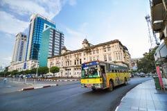 RANGOON, MYANMAR - 12 ottobre 2013: Traffico in Rangoon del centro Fotografie Stock