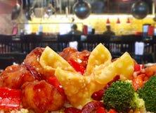 Rangoon und allgemeines TSO-Huhn in der Gaststätte lizenzfreie stockfotos