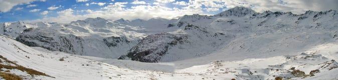 Rangos de montaña nevados fotos de archivo