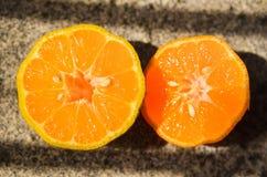 Rangpur limefrukt som skivas på halva med något påtagligt frö Royaltyfri Fotografi