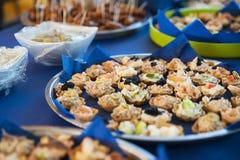 Rangschikte de vers voorbereide snackbar, met fijne vleeswaren, olijven en gebakjebeet voorgerechten stock fotografie