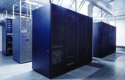 Rangsupercomputers i serverrummet arkivfoton