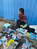 RANGUN, BIRMA - 23. Dezember 2013 - Ansicht jugendlichen Bürgersteigs B Lizenzfreie Stockbilder