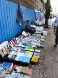 RANGUN, BIRMA - 23. Dezember 2013 - Ansicht von Bürgersteigs-Buchhändlern Stockbild