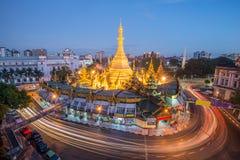Rangun die alte Hauptstadt von Myanmar Rangun-Verkehr mit langer Belichtung am berühmten Markstein sule Pagode nach Sonnenunterga stockbild