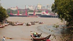 Rangun-Hafen und glatter Zoom der Schiffbewegung stock video