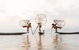 RANGUN, MYANMAR - 25. APRIL: Intha-Fischer, der schaufelt im Inle See, Shan State, Myanmar (Birma) Lizenzfreie Stockfotos
