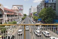 RANGUN, MYANMAR - 25. APRIL: Zentrale Straße von Rangun Stockbild