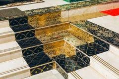 Rangun, Myanmar - 19. Februar 2014: Goldene Treppe von Shwedagon Pago Lizenzfreie Stockfotos