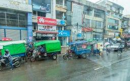 Rangun, Myanmar - 23. Juni 2015: Verkehr in im Stadtzentrum gelegenem Rangun, Myan Lizenzfreie Stockfotos