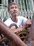 RANGUN, MYANMAR - 1. Oktober 2013 - ein Fahrradschlosser regelt Lizenzfreies Stockbild