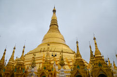 RANGUN, MYANMAR 10. SEPTEMBER 2016: Berühmter heiliger Platz Myanmars und Touristenattraktionsmarkstein, Pagoden-Komplex I Shweda Stockbilder