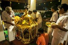 Ranhilige som en är förberedd, för den förläggas på baksidan av en ceremoniell elefant på Esalaen Perahera i Kandy, Sri Lanka Royaltyfria Bilder