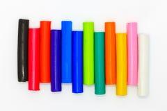 Ranibows-Farbeplasticine haftet für die Kinder, die auf weißem Hintergrund spielen Lizenzfreies Stockfoto