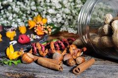 Ranja com amendoins, rolos de canela e flores imagem de stock