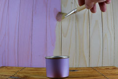 Ranja com pintura roxa e escove a pintura disponivel de madeira Imagens de Stock Royalty Free