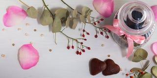Ranja para as cookies, duas cookies no formulário do coração e o cão aumentou na luz - fundo cinzento Dia do `s do Valentim fotografia de stock
