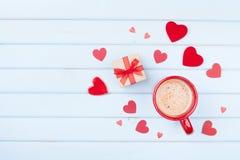 Ranku śniadanie dla walentynka dnia Kawa, prezent lub teraźniejszości serce na pastelowym błękitnym stołowym odgórnym widoku, pud Obraz Royalty Free