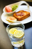 Ranku śniadanie z cytryną iskrzy wodę Fotografia Royalty Free