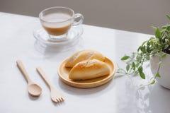Ranku śniadanie z kawą i chlebem na stole Fotografia Stock