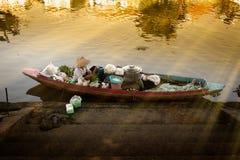 Ranku światło z starą kobietą jest kulinarnym kluski na drewnianym łódkowatym wh fotografia royalty free
