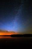 Ranku świt na gwiaździstym tła niebie odbijał w wodzie o Obraz Royalty Free