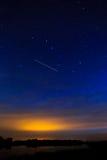 Ranku świt na gwiaździstym tła niebie odbijał w wodzie o Obrazy Royalty Free