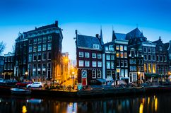 Ranku błękitny wschód słońca na Amsterdam kanale zdjęcia stock