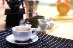 Ranku czas Kawa na stole Kawowe fasole na stole Dym na filiżance Wczesnego poranku domowy śniadanie obraz stock