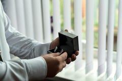 Ranku fornal przed ślubem, stawia dalej krawat fotografia royalty free