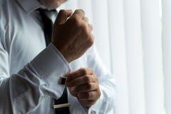 Ranku fornal przed ślubem, stawia dalej krawat zdjęcia royalty free
