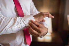 Ranku fornal przed ślubem, stawia dalej krawat zdjęcie stock