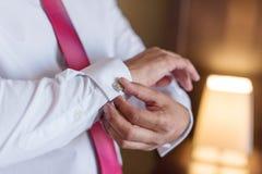 Ranku fornal przed ślubem, stawia dalej krawat zdjęcie royalty free
