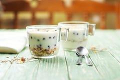 Ranku granola z jogurtem i jagody na drewnianym kuchennym stole Pojęcia zdrowy śniadanie zdjęcia royalty free