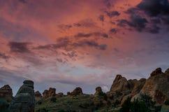 Ranku kolor Nad Rockowymi formacjami w łukach Obraz Stock