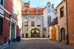 Ranku lata średniowieczna ulica w starym mieście Ryski, Latvia Obrazy Stock
