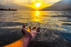 Ranku pływanie na jeziornym como obrazy royalty free
