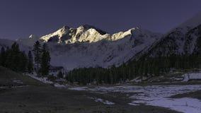 Ranku słońca światło na Nanga Parbat pasmie górskim, Czarodziejskie łąki fotografia stock