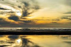 Ranku słońca światło w morzu Obrazy Stock