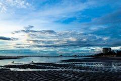 Ranku słońca światło w pejzażu miejskim i morzu Obrazy Royalty Free