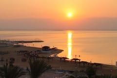 Ranku słońce nad Nieżywym morzem Zdjęcia Stock