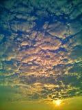 Ranku słońce z Chmurnym niebem Zdjęcia Royalty Free