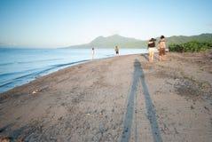 Ranku spacer przy plażą Zdjęcia Stock