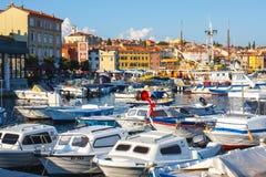 Ranku widok na żaglówki schronieniu w Rovinj z wiele żagiel łodziami cumującymi jachtami i, Chorwacja Obraz Royalty Free