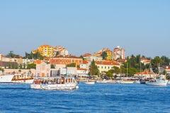 Ranku widok na żaglówki schronieniu w Rovinj z wiele żagiel łodziami cumującymi jachtami i, Chorwacja Zdjęcia Royalty Free