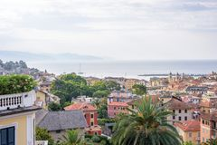 Ranku widok od above chmurny dzień w Santa Margherita Ligure morzu i mieście Fotografia Royalty Free