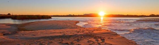 Ranku wschód słońca odbicia nad przypływu odpływem Santa Clara rzeka przy McGrath stanu parkiem na Kalifornia Gold Coast usa obraz royalty free