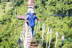 RANONG,泰国- 1月12,2016 :攀登绳索的两个人在 库存图片