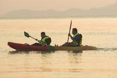 RANONG ТАИЛАНД - 20-ОЕ МАРТА: тайское туристское agai каяка моря плавания Стоковое Изображение