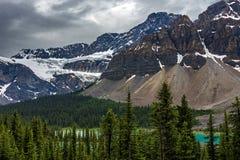 Ranonkelgletsjer in Icefields-Brede rijweg met mooi aangelegd landschap Stock Foto